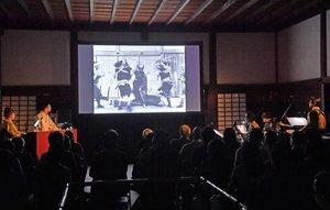二条城撮影所が開設されて111年になるのを記念して上映された「忠臣蔵」の現存最古の映画(21日午後、京都市中京区・二条城御清所)