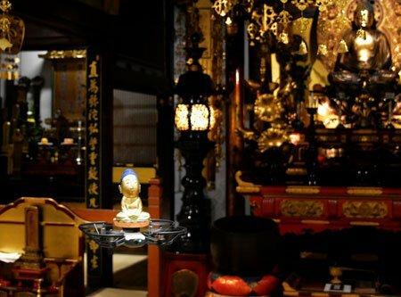 樹脂製の仏像を載せて堂内を試験飛行するドローン(写真左下)。内陣から外陣に飛ぶことで来迎を表現する(京都市下京区・龍岸寺)