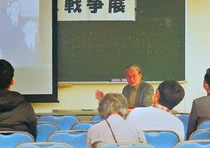 沖縄戦について写真とともに解説する岩崎さん(2019年11月、京都市左京区・京都大)