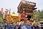 曳山から奏でられる祭囃子に見送られて渡御する神輿(2019年5月3日、日野町・馬見岡綿向神社)