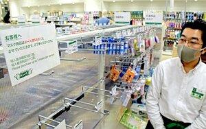 新型コロナウイルスによる肺炎の拡大で、マスクが品切れになった棚(4日、京都市下京区・東急ハンズ京都店)