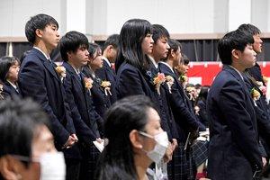 マスク姿の保護者が見守る中、式に臨む卒業生たち(28日午前10時21分、京都市南区・塔南高)