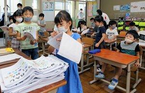 夏休みの宿題を提出する児童たち(24日午前9時22分、京都市伏見区・深草小)