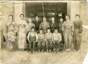 京都府京丹波町上野の大円寺に疎開していた児童の写真。椅子に座っている左から2番目が福田美子さん(福田さん提供)