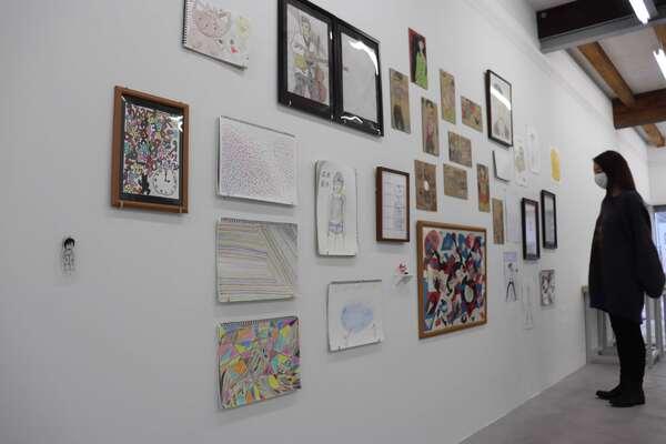 自由に創作を楽しむ施設の日常を切り取ったように作品が並べられている展示(京都府亀岡市北町・みずのき美術館)