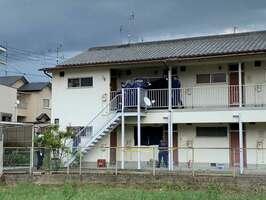 女性の遺体が見つかったアパートを調べる京都府警の捜査員(向日市上植野町薮ノ下)