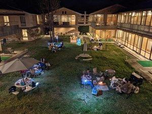 広い庭を利用し、少人数でたき火を囲む宇多野ユースホステルのイベント(今年3月、京都市右京区)=同ユースホステル提供