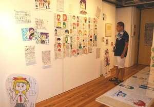 大阪メトロをモチーフにした独自のキャラクターを展示した新村さん(京都市上京区・アートスペース コージン)