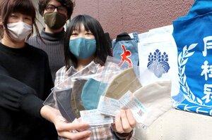 製造した立体マスクを手にする法被のデザイン会社の従業員たち(京都市左京区・ノムラアートプラント)