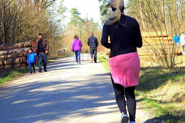 3月中旬、エアランゲン市の森で散歩やジョギングをする市民