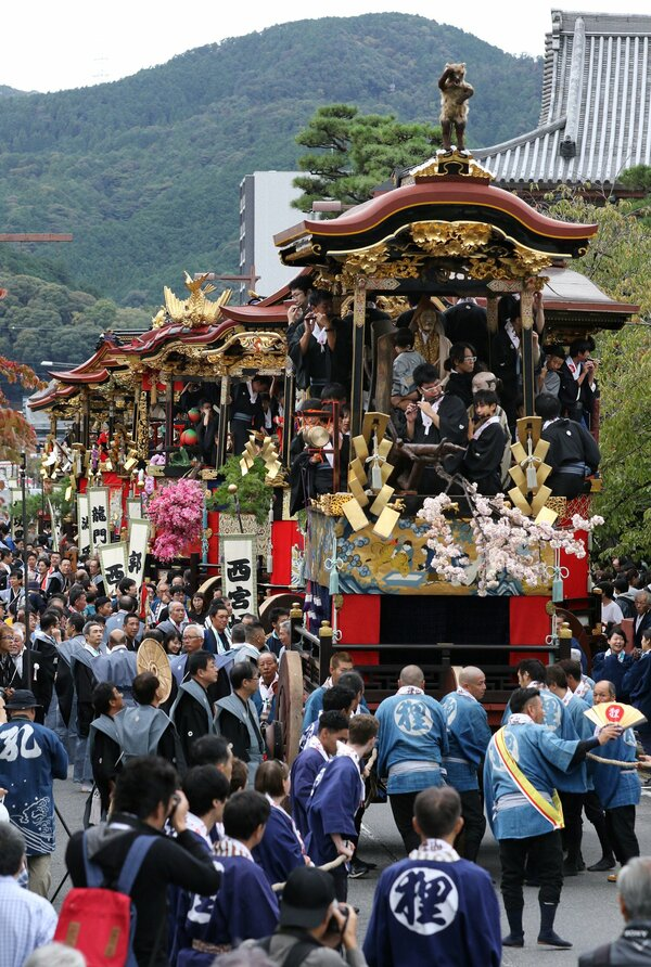 昨年10月の大津祭本祭で、巡行を始める豪華絢爛な曳山(大津市京町3丁目)