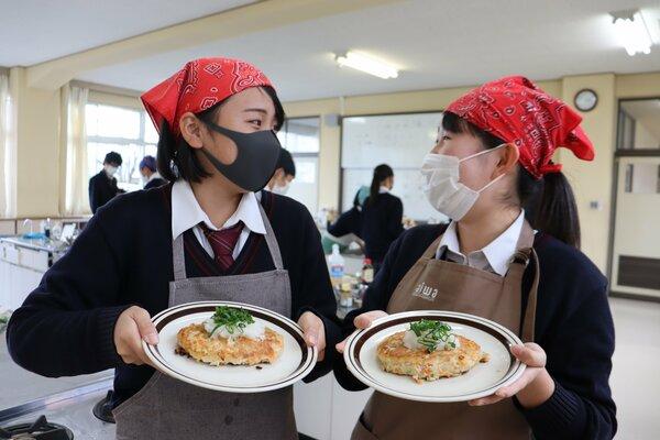 地元豆腐店の商品を生かしたハンバーグを考案した生徒(亀岡市馬路町・南丹高)