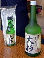 京都府舞鶴市・杉山地区の名水で造った「純米吟醸 大杉」の新酒(京都府舞鶴市北吸・市役所)=舞鶴市提供