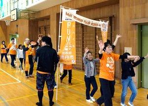 児童たちとゴールするRUN伴の参加者ら(京都府南丹市園部町・園部第二小)