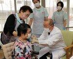 新型コロナウイルスのワクチン接種を受ける施設入所の高齢者(12日、京都市左京区)