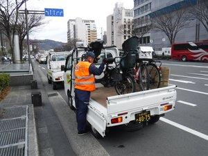 京都市内での放置自転車の撤去作業の様子。昨年6月から作業中であれば返却に応じるようになった(市提供)※画像の一部を加工しています