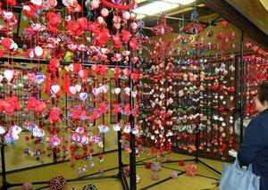 色鮮やかな「つるし雛」(滋賀県長浜市元浜町・まちづくり役場)