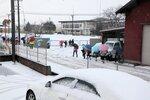 初雪が積もる中、集団登校する児童たち(2020年12月15日午前8時5分、京都府京丹後市峰山町・しんざん小)