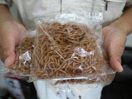 福知山市で戦後から親しまれてきた焼きそばの麺。ゴムのような色や食感が特徴(同市問屋町・高見製麺所)