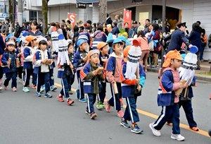 そろいの法被姿で拍子木を打ちながら行進する亀岡市幼年消防クラブの子どもたち(京都府亀岡市追分町)