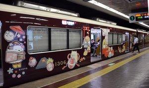 「すみっコぐらし号」には舞妓に扮したキャラクターなども描かれています(京都市下京区・京都河原町駅)