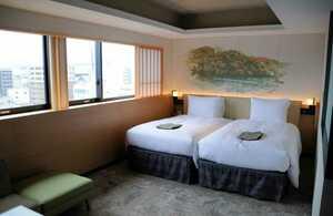 内装に和紙や木を用いて和を演出した客室