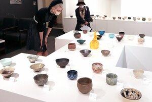 個性豊かな碗の作品が並ぶ会場(京都市東山区・東五六)