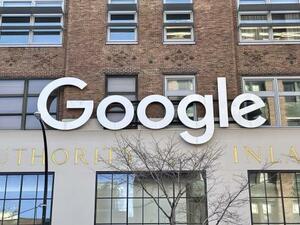 米グーグルのニューヨークオフィスに掲げられたロゴ(共同)