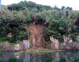 湖岸の土砂が崩落した竹生島(長浜市早崎町)=長浜市提供