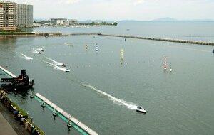 琵琶湖の一角に造られたびわこボートレース場(2010年)