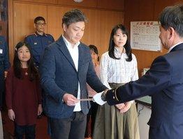 救命に貢献したとして、感謝状を受け取る司城さん夫妻(京都市南区・南消防署)