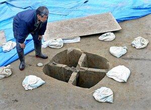 正殿跡から出土した柱穴。中心部に柱の一部が残るという(28日午後0時35分、京都市伏見区)