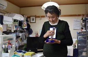 生前の鈴木重遠さんは、健康マージャンの大会で好成績を収めていた。妻の那智子さんは、重遠さんが獲得した金メダルを手元に残した(4日、京都市山科区)