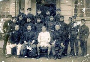 1915年1月、金栗(前列右から2人目の白シャツの男性)が京都二中の生徒らとともに撮影した写真(玉名市所蔵、鳥羽高提供)[LF]