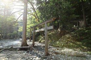 55年前の8月19日に最後の住人一家が離村し、廃村となった茨川集落跡。茶屋川のほとりには天照神社が残り、秋祭りが続けられてきたが、御神体は村外に移される(8月19日、東近江市茨川町)