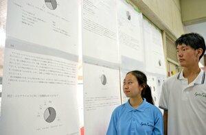 新型コロナウイルスの全校アンケート結果を貼り出した生徒会執行部メンバー(京都市伏見区、京都橘中・高)
