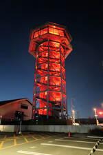 外出自粛を呼び掛けるため、赤色にライトアップされた展望塔(八幡市八幡・さくらであい館)
