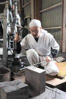 作業場で刀を鍛錬する北川さん(滋賀県東近江市五個荘平阪町)