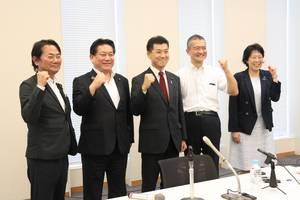 代表選出馬を表明し同志と健闘を誓う泉氏(中央)=国会内