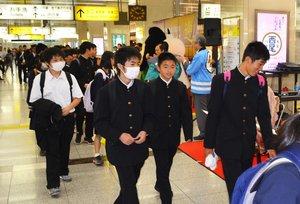 修学旅行で京都を訪れる大勢の中学生ら。こうした以前のにぎわいを取り戻そうと京の関係者が励んでいる(2016年5月、京都市下京区・JR京都駅)