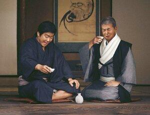 渡哲也さんと石原裕次郎さんが合成技術で共演を果たし、シリーズ最終作となるCM「よろこびをお伝えして50年~幻の共演~」編の一場面