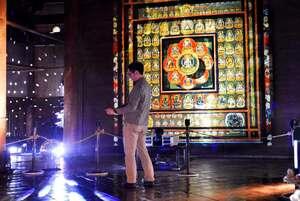 曼荼羅の映像が投影されている灌頂院の会場(京都市南区・東寺)