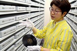 数多くの浪曲レコードをデジタル化してきた古川さん(京都市西京区・日文研)