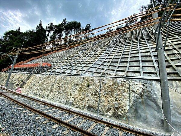 斜面の復旧工事が一定完了した災害現場(2021年8月26日)=叡山電鉄提供