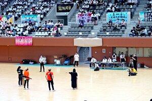 京都府立体育館で開かれた文化祭で演劇を披露する朱雀高の生徒たち(4日、京都市北区)