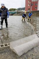 伊佐津川河口付近で行われているイサザ漁(舞鶴市上安久)