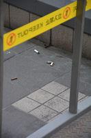 閉鎖された喫煙所の外側に落ちているたばこの吸い殻(京都市南区・京都駅みやこ夢てらす)