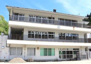 生徒や地域を元気付けようと、教員が校舎の窓に掲げたメッセージ(亀岡市東別院町・別院中)