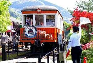 親子連れらを乗せて走る加悦鉄道の再現列車(京都府与謝野町滝・加悦SL広場)