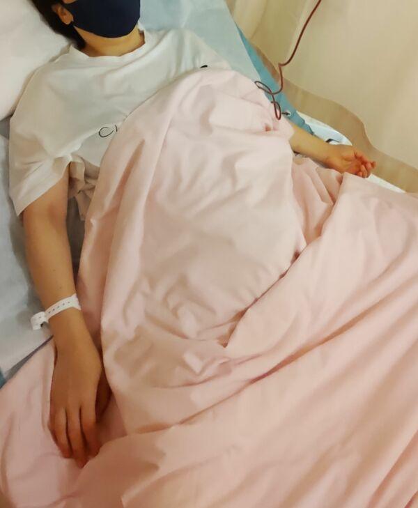難病のため、血中のヘモグロビンを補う輸血をする女性。新型コロナのワクチン接種を受けられる医療機関を見つけるのに苦労した(16日、京都市内の大学病院)=女性提供
